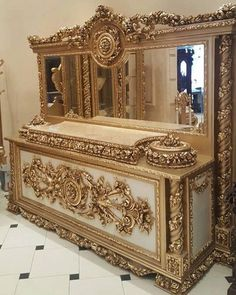 This looks like a coffin Royal Furniture, Home Decor Furniture, Luxury Furniture, Vintage Furniture, Home Furnishings, Furniture Design, Luxury Homes Interior, Home Living, Luxurious Bedrooms