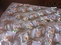 pergamene segnaposto in pasta di mais con rosellina e nastro in seta bianco.