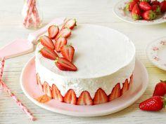 Anyósom fóliát tett a tortaformába, majd egy csipesszel rögzítette. Eperszemeket tett a formába, elképesztően finom sütemény lett belőle! - Ketkes.com