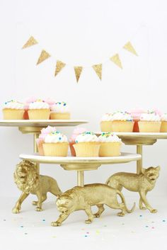 """Cat Cake Stand DIY You can make cake stands out of anything! Love these DIY """"Wildcat"""" golden cake stand made by You can make cake stands out of anything! Love these DIY """"Wildcat"""" golden cake stand made by Safari Theme Party, Circus Party, Party Themes, Party Ideas, Jungle Theme, Bolo Diy, Ideias Diy, Plastic Animals, Plastic Animal Crafts"""