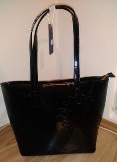 Kupuj mé předměty na #vinted http://www.vinted.cz/damske-tasky-a-batohy/kabelky/11569089-cerna-originalni-leskla-kabelka-drzici-tvar