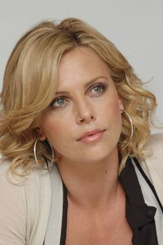 Charlize Theron Looks Totally Different with Baby Bangs - Celebrities Female Charlize Theron, Beautiful Celebrities, Most Beautiful Women, Beautiful Actresses, Beautiful Eyes, Actrices Hollywood, Classic Beauty, Woman Face, Pretty Face