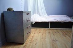 Pour la chambre des enfants, on customise une vieille commode avec une peinture métallisée et des paillettes