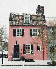 a very pink winter in Charleston.- a very pink winter in Charleston. Pink Houses, Little Houses, Art Houses, Colorful Houses, Exterior Design, Interior And Exterior, Exterior Paint, Interior Garden, Cute House