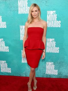 Charlize Theron's Style File- ellemag Charlize Theron Style, Charlize Theron Photos, Mtv Movie Awards, Tv Awards, We Are The World, Red Carpet Looks, Red Carpet Fashion, Fashion Pictures, Style Pictures