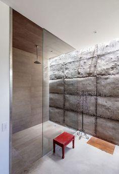 douche à effet pluie, paroi en verre et mur en béton brut