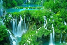 El parque nacional en el que están ubicados los lagos de Plitvice es uno de los más grandes de toda Croacia. Lo mejor del lugar es que los lagos están colocados de forma que crean cascadas entre ellos, dando lugar a un paraíso natural digno de verse. Todos los lagos se pueden explorar en barca o cruzando las pasarelas de madera que conectan los senderos del parque.