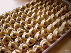 Uszka z grzybami, do barszczyku | Smaczna Pyza Holiday Punch Recipe, Ukrainian Recipes, Polish Recipes, Punch Recipes, Christmas Eve, Xmas, I Love Food, Stuffed Mushrooms, Food And Drink
