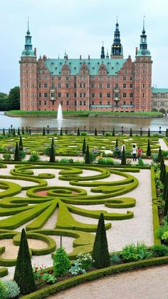Castillo de Frederiksborg,Hillerød, Dinamarca. Construido sobre tres islotes del Slotssø (lago del castillo) entre 1560 y 1630, obra de Hans van Steenwinckel el Antiguo. Se le considera como la mayor figura del Renacimiento danés. Se trata del palacio más grande de Escandinavia. Simboliza la potencia de la monarquía absoluta danesa