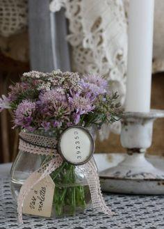 petit vase ruban dentelle fleurs violettes/ Perfect for sweet, simple table decorations.