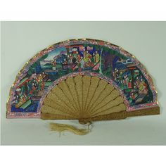 """Abanico chino """"de las mil caras"""", finales del siglo XIX, varillaje en madera de sándalo calado, país en papel litografiado con caras de marfil, vestimenta en seda."""