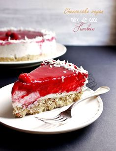 Cheesecake noix de coco et framboise vegan {cru, sans gluten, sans lactose} Cheesecake vegan coco framboise (cru, sans gluten, sans lactose) / Vegan cheesecake coconut and raspberries (without gluten Healthy Cheesecake, Raspberry Cheesecake, Cheesecake Recipes, Raw Food Recipes, Sweet Recipes, Dessert Recipes, Dessert Healthy, Cookie Recipes, Sans Gluten Vegan