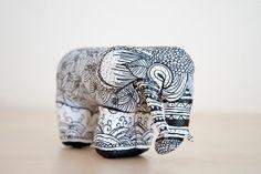 Elefante pintado a mano de cartón piedra por Noloseshop en Etsy, €35.00