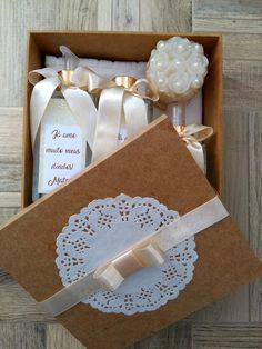 Caixa Convite para Padrinhos Wedding Boxes, Diy Wedding, Wedding Favors, Rustic Wedding, Wedding Invitations, Soap Carving, Homemade Soap Recipes, Gift Hampers, Diy Box