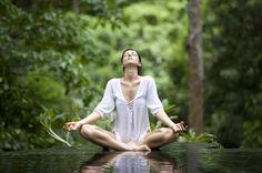 Como meditar para iniciantes. A meditação é uma prática que apresenta vários benefícios para a sua saúde. A prática consiste em esvaziar a mente em silêncio e concentrar a atenção em si mesmo. A meditação proporciona descanso físi...