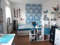 wohnzimmer in farbe die gr ne wand bietet einen tollen kontrast zu den wei en regalen. Black Bedroom Furniture Sets. Home Design Ideas