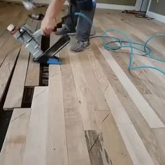 GIF Installing the wooden floor Woodworking Furniture, Woodworking Projects Plans, Woodworking Crafts, Woodworking Videos, Woodworking Business Ideas, Installing Hardwood Floors, Construction, Wood Working For Beginners, Diy Wood Projects