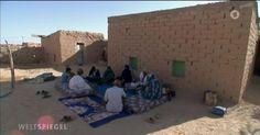 Bis 1975 war die Westsahara spanische Kolonie, dann kamen die Marokkaner. Selbstbestimmung gab es für die Menschen der Sahara nicht. Seit 1991 ist das Gebiet geteilt. Von der internationalen Gemeinschaft wurde das Gebiet vergessen.