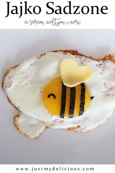 Fried egg which looks like bee? That`s easy! You need cheese and nori seaweed to prepare one. Nori Recipe, Strawberry Rhubarb Crumble, Nori Seaweed, Shortcrust Pastry, Cute Food, Food Dishes, Food Art, Gourmet Recipes, Fries