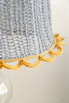 gorgeous knitted lampshade, found on gorgeous blog written in Norwegien......