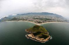 O Cristo Redentor está localizado no Parque Nacional da Floresta da Tijuca a mais ou menos 700 metros do nível do mar e em qualquer parte da cidade é possível avistá-la http://www.bestday.com.br/Rio-de-Janeiro-Brasil/ReservaHoteis/