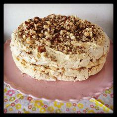 Hazelnootschuimtaart - zelfgemaakt en zooo lekker! Hazelnut- meringue pie - hone made and so tasty!