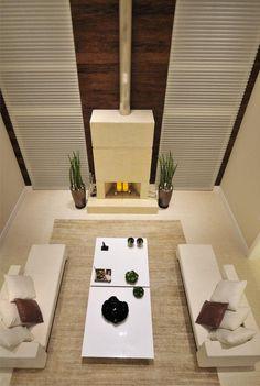 #quitetefaria Lareira arquitetura, decoração, sala de estar, chaise, pé direito duplo, painel de madeira