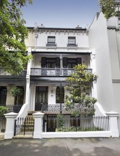 This magnificent, four-storey property is the last remaining private residence in the historic Pamela Terrace row. Australian Architecture, Australian Homes, Beautiful Architecture, Beautiful Buildings, Architecture Design, Terrace House Exterior, Facade House, House Exteriors, Victorian Terrace