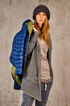 Un mix di comfort e stile Rain Jacket, Windbreaker, Raincoat, Jackets, Fashion, Winter Time, Down Jackets, Moda, Fashion Styles