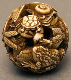 002-Netsuke de Marfil bola tallada con libélulas, mariposas, una tortuga, una rana, caracoles y cangrejos-Bolton Museum and Archive Service