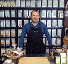 Espabilaté (Cortes de Aragón 47-49) es una tienda especializada en té a granel y asesoramiento personalizado tanto a particulares como a empresas. También dispone de todo tipo de accesorios para hacer el té. En la Noche de los Tenderos Creativos nos invita a participar en una cata muy especial, en la que degustaremos una selección de tés poco comunes en el mercado español.