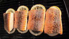 SMART MAT: Fisk på grillen er topp - og med sitronskiver under unngår du at den brenner seg fast.
