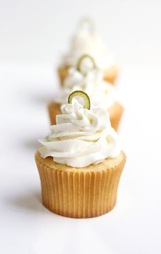 de Mayo is May and this recipe for Margarita Cupcakes would be a hit if you're hosting a party!Cinco de Mayo is May and this recipe for Margarita Cupcakes would be a hit if you're hosting a party! Margarita Cupcakes, Margarita Recipes, Köstliche Desserts, Delicious Desserts, Yummy Food, Yummy Yummy, Raspberry Cupcakes, Yummy Cupcakes, Mini Cakes