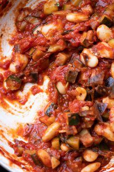Warzywny gulasz z cukinii, bakłażana i białej fasoli - wegańskie przepisy Pizza Recipes, Vegetarian Recipes, Dessert Recipes, Healthy Recipes, Healthy Food, Vegan Goulash, Best Food Ever, Simply Recipes, Clean Eating