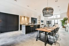Inspiratie: een kijkje in deze prachtige keuken - Blog by Keukenloods.nl Living Room Kitchen, Rest, Table, Kitchens, House, Furniture, Blog, Home Decor, Houses