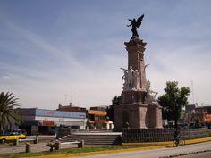 Monumento a la Independencia sobre la Calzada Independencia y Av. Revolución.