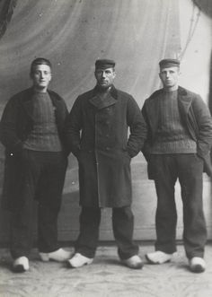 Vissers uit de tijd voor de Eerste Wereldoorlog, toen er nog met bomschuiten werd gevist. V.l.n.r. Gerrit Kuyt, Ari Vooys, Cornelis Kuyt   (Fishermen from the time before World War I, when there was still with flat-bottomed fishing boats fished. From left to right Gerrit Vooys, Cornelis Kuyt Kuyt, Ari)