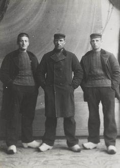 Vissers uit de tijd voor de Eerste Wereldoorlog, toen er nog met bomschuiten werd gevist. V.l.n.r. Gerrit Kuyt, Ari Vooys, Cornelis Kuyt. #ZuidHolland #Katwijk