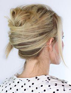 Réalisé sur cheveux légèrement texturés, le chignon banane se fait plus cool que glamour (photo Twist Me Pretty)