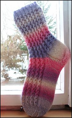 : Tuovis Herbstsöckchen Size: Yarn: Zauberball Wolke 8 Nadelspiel 60 Gesamtmaschen Cuffs: 3 re / 1 li Pattern: 1 R: … Fair Isle Knitting, Knitting Socks, Hand Knitting, Knitting Patterns, Crochet Patterns, Patterned Socks, Knitting For Beginners, Wool Yarn, Free Pattern