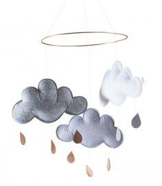 Söt molnmobil med tre moln med guld och silver droppar. Varje moln är 20 cm bred och 12,5 cm hög. Metallringens diameter är 24,5 cm.  Molnen och dropparna hänger i transparenta trådar.