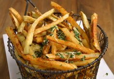 ¿Y si a las patatas fritas que preparamos normalmente le damos un toque especial para un día de fiesta como el de hoy? Seguro que quedan riquísimas. ¿Qué i