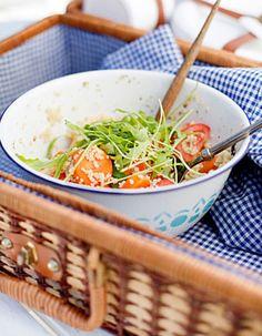 Apetit-reseptit - Bulgur-porkkanalisuke savukalalle ja ateria on valmis. #helpompiarki #koukussakalaan Japchae, Ethnic Recipes, Food, Bulgur, Essen, Meals, Yemek, Eten