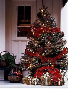 Cute outdoor christmas tree! Check out the hay bales as gift packages!