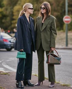 Paris Street Style Accessories Spring 2019 Day The best Street Style looks from the Paris Women's Spring 19 shows and fashion week. Fashion Week Paris, Casual Blazer, Casual Outfits, Blazer Outfits, Night Outfits, Streetwear, How To Wear Blazers, Ladies Blazers, Retro Vintage