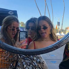 got some cool glasses Cute Friend Pictures, Friend Photos, Cute Friends, Best Friends, Foto Mirror, Best Friend Fotos, Shotting Photo, Cool Glasses, Summer Aesthetic