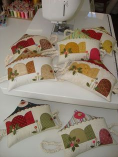 These are super cute! House Quilts, Fabric Houses, Sewing Appliques, Applique Patterns, Quilting Projects, Sewing Projects, Fabric Crafts, Sewing Crafts, Felt House