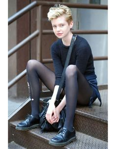 Street Style: Model Stella Maxwell Listens to Phil Collins oh, that pixie haircut… i wish i would have courage to crop my long hair… Dr. Martens, Estilo Tomboy, Stella Maxwell, Look Girl, Looks Street Style, Phil Collins, Outfit Trends, Black Tights, Ripped Tights