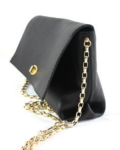 Pelle nera con accessori d'orati.