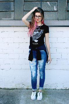 Meninices da Vida: Look: Jeans destroyed, t-shirt e tênis branco.